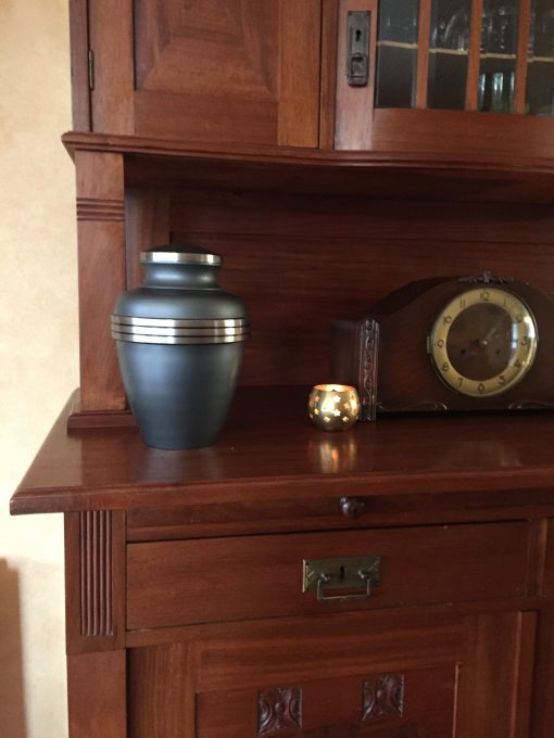 Goedkope urn grijs grijze thuis