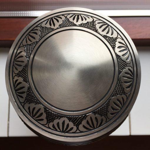 Goedkope urn zilveren bladeren bovenaanzicht