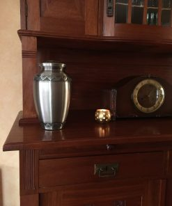Goedkope urn zilveren bladeren thuis
