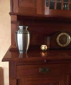 Goedkope urn zilveren hartjes thuis