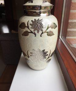 Goedkope urn met bloemen