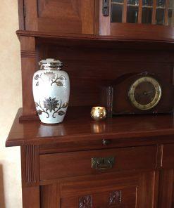 Goedkope urn met bloemen thuis
