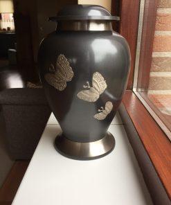 Goedkope urn met vlinders
