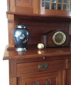 Goedkope urn met vlinders thuis